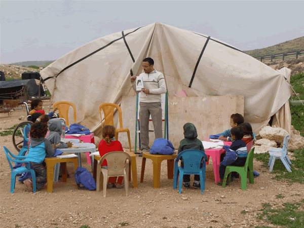 Il maestro Ibrahim e i piccoli allievi della scuola-tenda di Ein al-Hilweh. (fotogallery di A. Clementi)