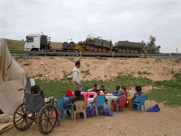 Ein al-Hilweh è nell'Area C dei Territori Palestinesi occupati, sottoposta al pieno controllo degli israeliani.