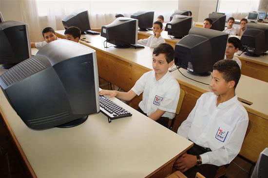 Allievi della scuola di Terra Santa di Betlemme a lezione di informatica.