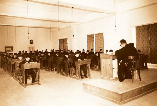 <i>Terra Sancta College</i> di Emmaus (foto d'epoca). Alunni alle prese con i compiti in aula studio, sotto la supervisione di un frate.