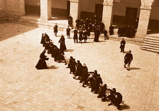 Tiro alla fune nel cortile della scuola di Emmaus, in questa foto d'epoca.
