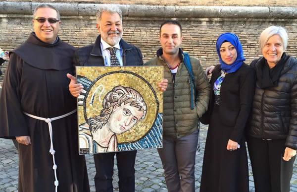Da sinistra fra Ricardo Bustos e alcuni membri del Centro del mosaico di Gerico, con la riproduzione del volto del settimo angelo, dono per Papa Francesco.