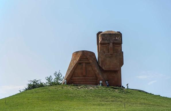 «Noi siamo le nostre montagne» è il nome di questo monumento simbolo del Nagorno Karabakh, che sorge alle porte della capitale Stepanakert.