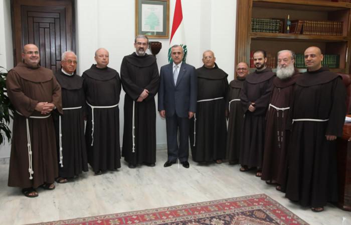Il presidente della Repubblica libanese Michel Sleiman ritratto con il Custode di Terra Santa, fra Pierbattista Pizzaballa, e i frati minori che operano in Libano. [fotogallery 1/3]