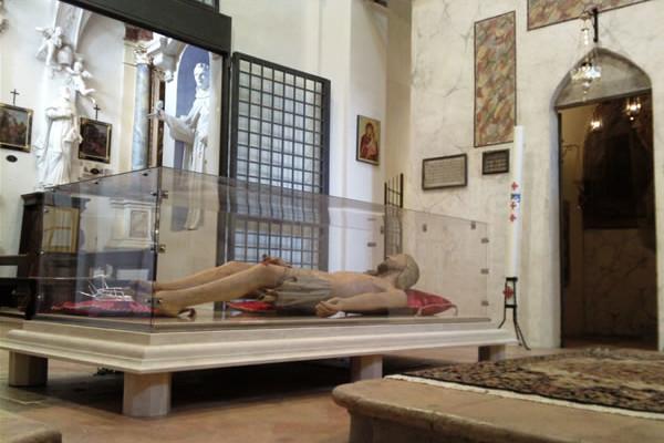 Una statua del Cristo deposto dalla croce davanti all'ingresso della riproduzione del Santo Sepolcro, nella chiesa di San Bartololemo, a Foligno.