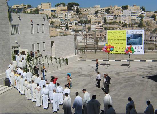 Betlemme, 24 ottobre 2004. Un momento dell'inaugurazione del <i>St. Francis Millennium Center.