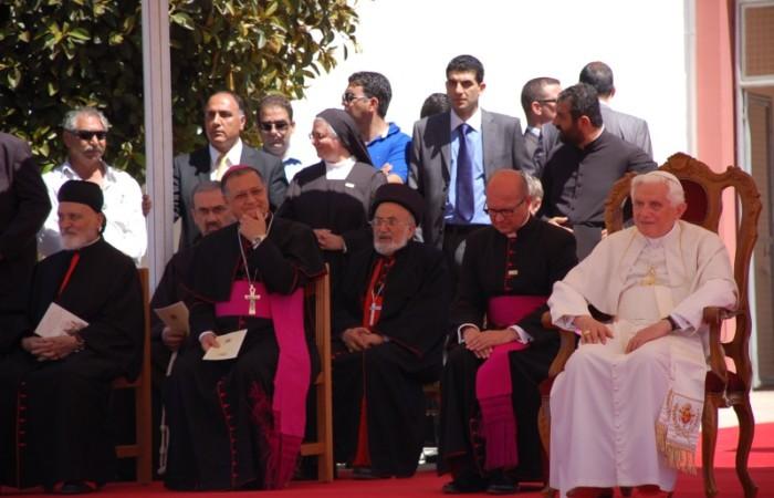 Benedetto XVI questa mattina alla scuola San Marone di Nicosia, affiancato da alcuni patriarchi ed ecclesiastici del Medio Oriente.
