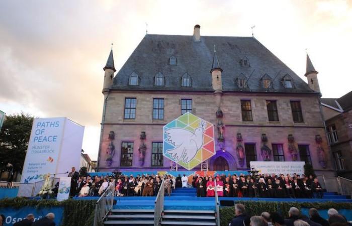 """La cerimonia pubblica corale che ha concluso l'incontro """"Strade di pace"""" nel centro storico Osnabrück."""