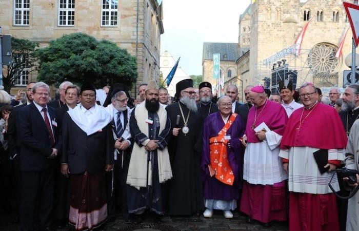 Alcuni dei leader religiosi a Osnabrück. Al centro, con barba nera, l'imam di Lahore (Pakistan) Muhammad Abdul Khabir Azad.