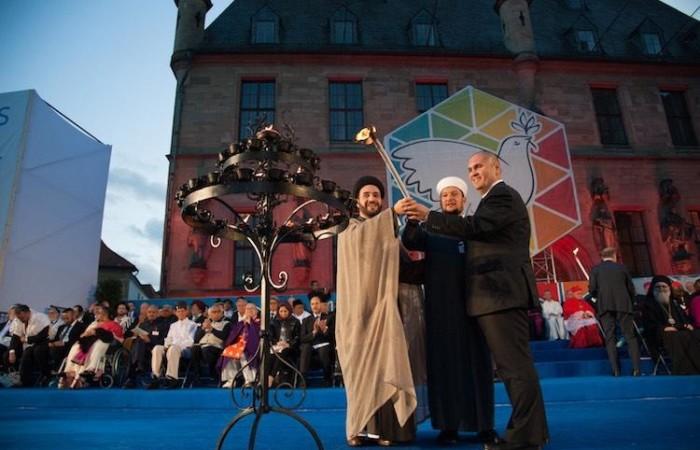 A conclusione dell'evento l'accensione delle luci simbolo del comune desiderio di pace e fratellanza. (galleria foto Comunità Sant'Egidio)