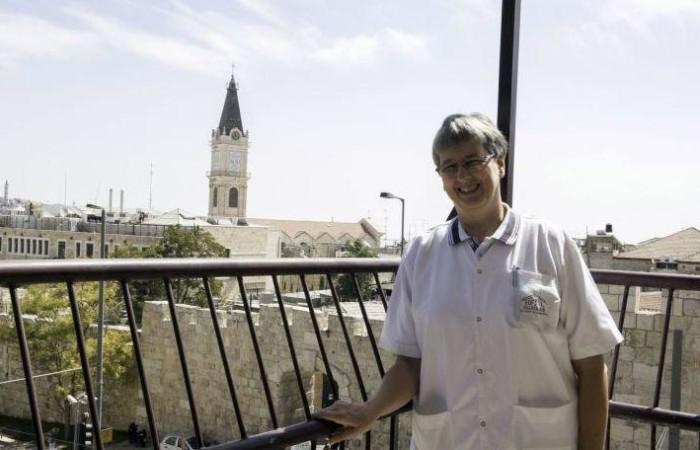 Suor Monika su un balcone del Saint Louis nei pressi di Porta Nuova a Gerusalemme. (foto Nadim Asfour)
