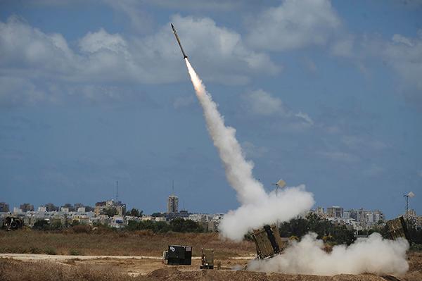 Il lancio di un missile del sistema di difesa israeliano Cupola di ferro. (foto David Buimovitch/Flash90)
