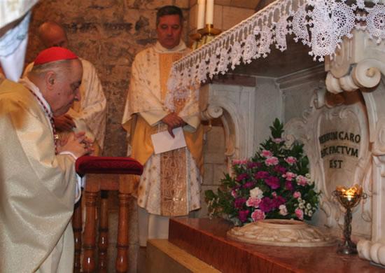 Nazareth, 13 marzo 2007. Il cardinal Dionigi Tettamanzi in preghiera nella basilica dell'Annunciazione.