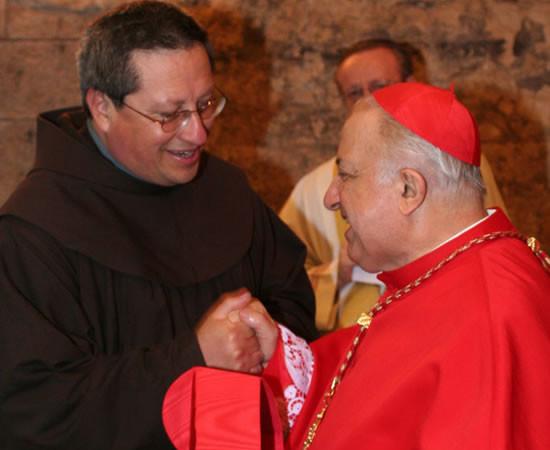 Il cardinal Tettamanzi saluta il padre guardiano dei frati minori a Nazareth, fra Ricardo Bustos.