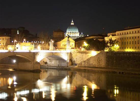Roma, scorcio del Tevere di notte. (foto G. Caffulli)