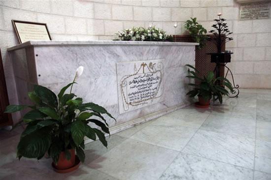 La tomba custodita in una cappella laterale della chiesa, a Gerusalemme ovest.
