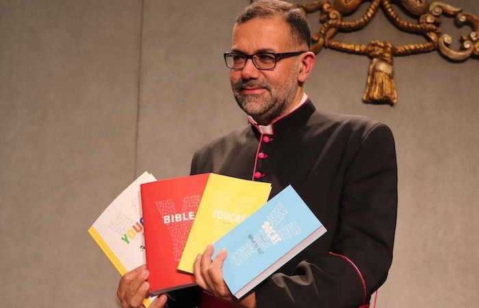 Monsignor Toufic Bou Hadir, maronita, presenta la versione araba di Youcat.