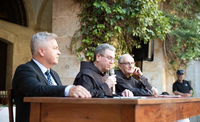 Durante l'inaugurazione interviene fra Francesco Patton. Al tavolo con lui il dott. Győző Vörös e fra Eugenio Alliata.