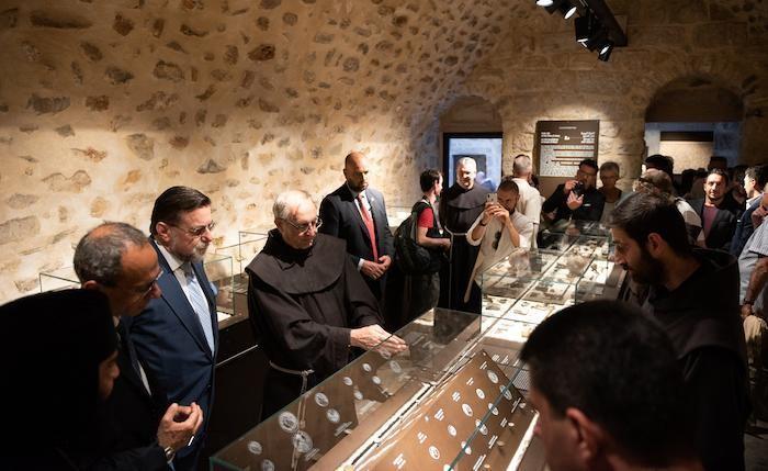 Fra Eugenio Alliata con gli invitati tra le teche del museo al convento della Flagellazione.