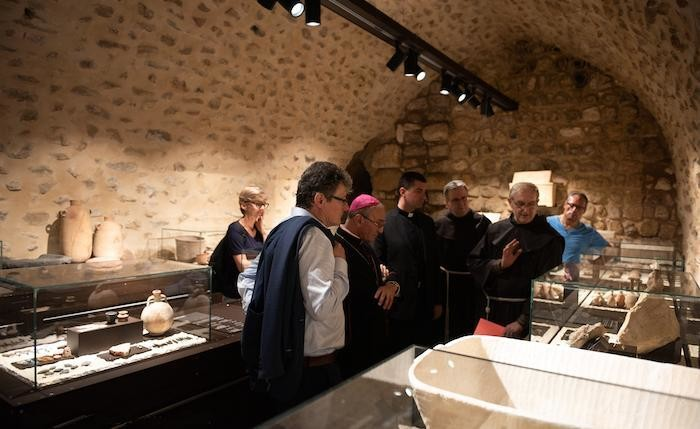 Molti degli oggetti esposti provengono dagli scavi condotti in passato dagli archeologi francescani.
