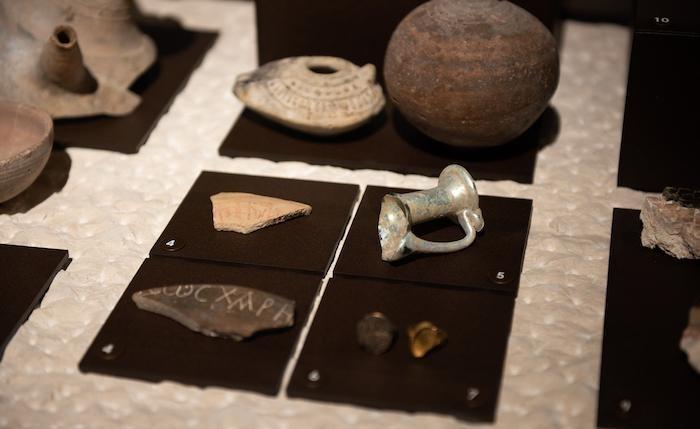 Frammenti e oggetti di terracotta.