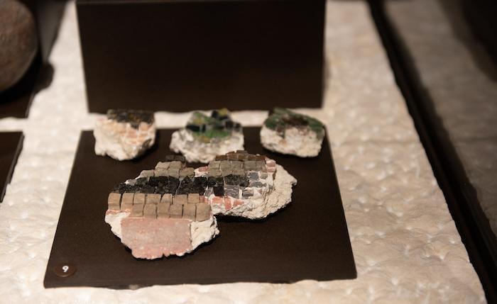 Tessere di antichi mosaici.