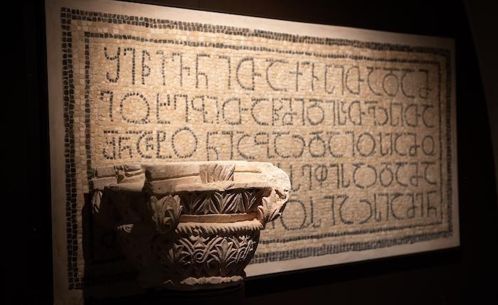Capitello ed iscrizione musiva.