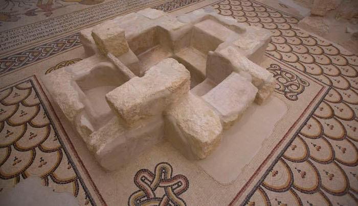 Il fonte battesimale in muratura del <i>diakonikon</i> settentrionale.