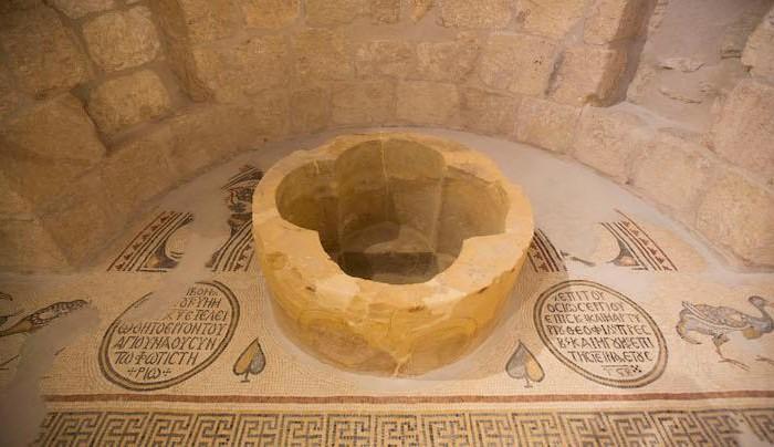 Fonte battesimale quadrilobato del battistero meridionale (597-598 d.C.).