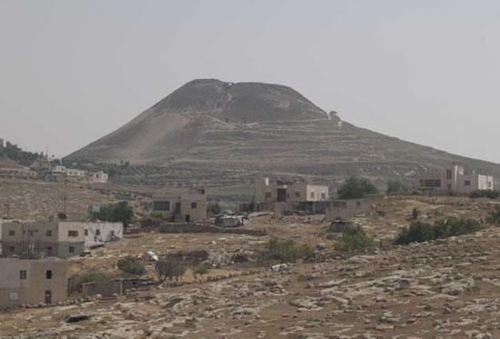 Israele. Veduta panoramica della collina dell'Erodion (sullo sfondo).