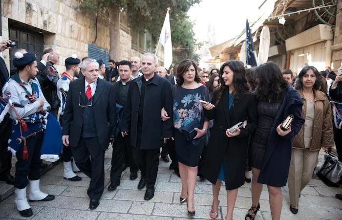 Il pastore Azar in corteo dalla Porta di Jaffa con moglie e figlie.