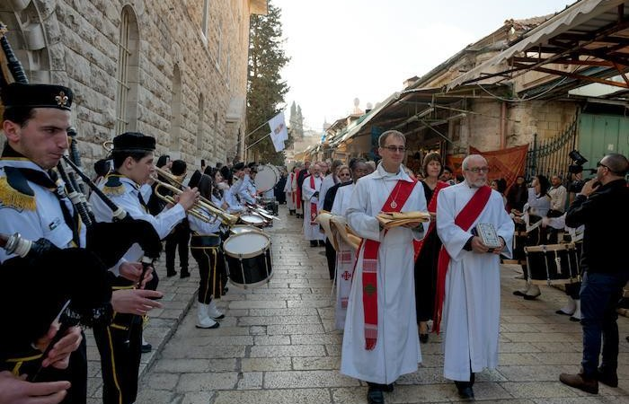 La processione dei celebranti si avvia alla chiesa luterana del Redentore.