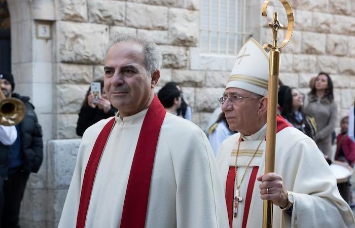 Il pastore Azar e il vescovo Younan chiudono il corteo.