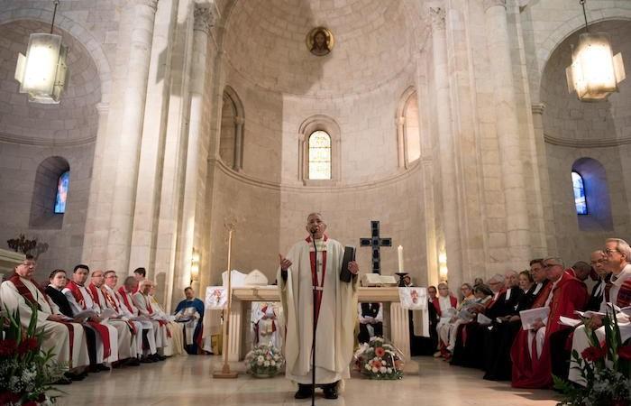 All'interno dela chiesa molti celebranti e fedeli. Presiede il vescovo uscente.