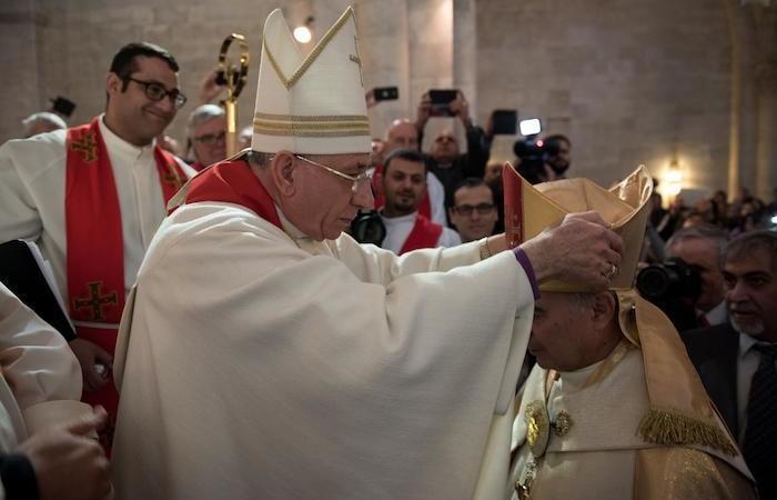 Il nuovo vescovo riceve la mitra...