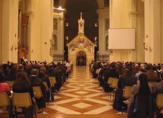 Assisi, basilica di Santa Maria degli Angeli. Si celebrano solennemente i vesperi che aprono i lavori. Al centro la chiesetta della Porziuncola (foto Ofm).