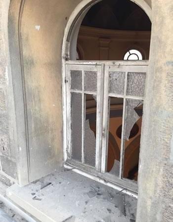 L'esplosione ha rotto alcune vetrate...