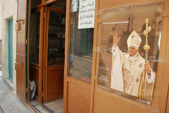 Poster di benvenuto al Papa in una vetrina di Betlemme. (foto G. Caffulli)