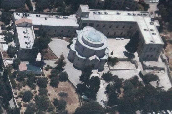 Una veduta aerea della chiesa e dell'annesso convento.