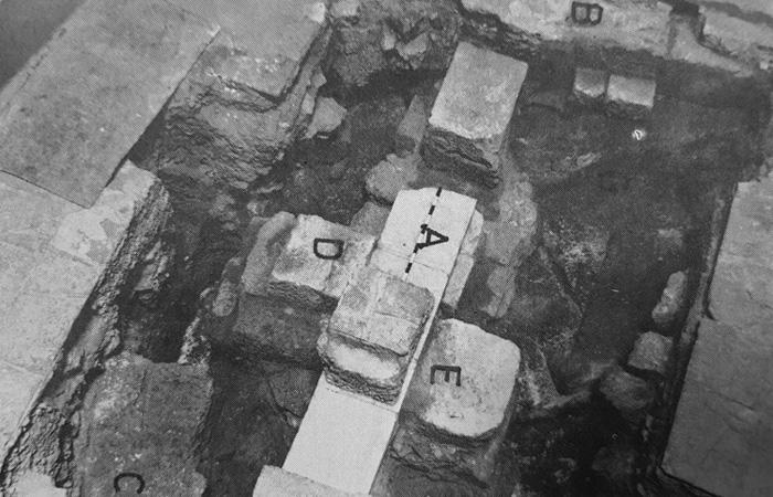 Resti archeologici riportati alla luce negli anni Sessanta nel corso di sondaggi condotti da padre Virgilio Corbo. Consentono di vedere porzioni delle fondamenta del tempio di Adriano e colonne della basilica costantiniana. (foto Studium Biblicum Franciscanum)