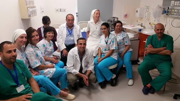 La religiosa italiana, al centro, con un gruppo di medici e paramedici dell'ospedale cattolico.