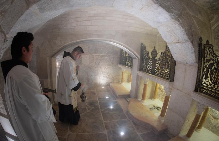 Come nella maggior parte dei luoghi santi, la liturgia distingue il luogo di culto, in questo caso l'altare centrale della cappella, dal luogo santo – la gogna – che si trova all'esterno. (foto Nadim Asfour/Cts)