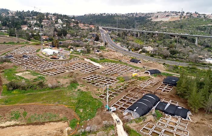 Una veduta complessiva del villaggio neolitico scoperto in occasioni di lavori alla viabilità nei pressi di Motza, un sobborgo di Gerusalemme. (foto Eyal Marco / Israel Antiquities Authority)