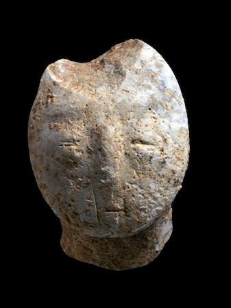 Statuetta che rappresenta un volto umano, antica di 9.000 anni, riportata alla luce negli scavi archeologici di Motza. (foto Clara Amit/AIA)