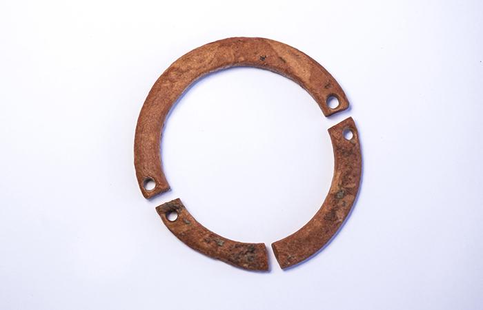 Piccolo bracccialetto in argilla probabilmente indossato da un bambino di Motza, migliaia di anni fa. (foto Yaniv Berman/AIA)