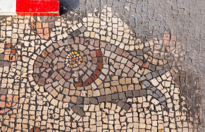 Uno dei pesci di varie forme e colori raffigurati nel mosaico musivo di Hippos/Sussita, in Israele. (foto Michael Eisenberg)