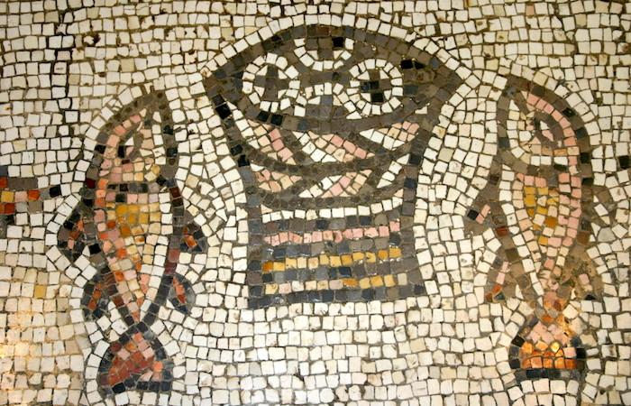 Questo invece è il celebre mosaico dei pani e dei pesci posto ai piedi dell'altare del santuario di Tabgha. (foto S. Lee)