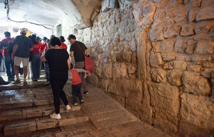Una famiglia che si inerpica per una salita del centro storico chiude un gruppo di pellegrini a Gerusalemme. (foto N. Asfour/Cts)