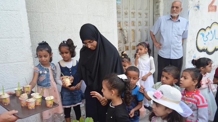Bambini di Gaza assaggiano il gelato della nuova gelateria. (foto Vento di Terra)