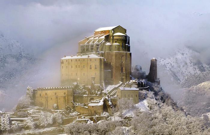 Una veduta invernale della Sacra di San Michele, in Val di Susa. (foto Elio Pallard/Wikipedia)